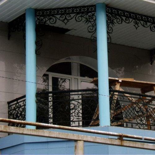 Балкон-веранда с кованым ограждением.