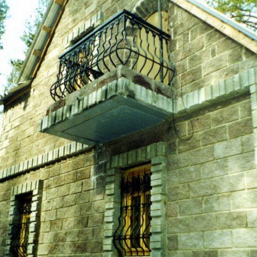 Обзорный балкон с кованым ограждением.