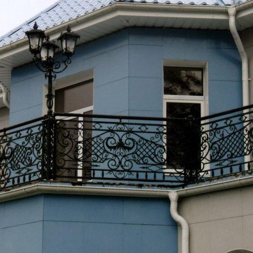 Балкон с кованым ограждением.