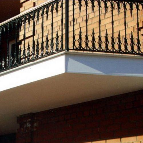 Балкон широкий угловой с кованым ограждением