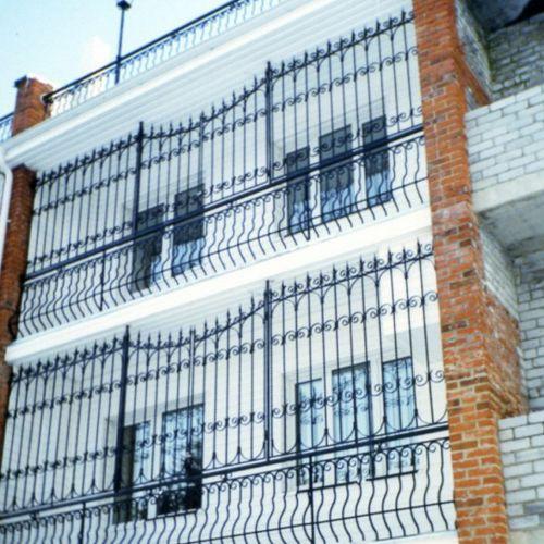 Балкон-лоджия с коваными перилами и ограждением.