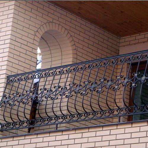 Балкон-лоджия с кованым ограждением.