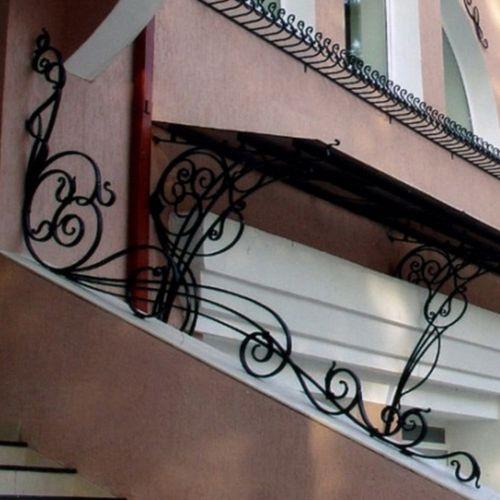 Кованый парапет-перила на лестнице.
