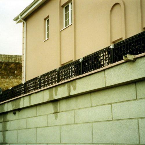 Кованый парапет на террасе.
