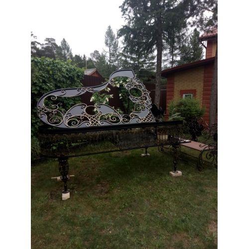 Кованая лавочка, скамья с цветником (рояль)
