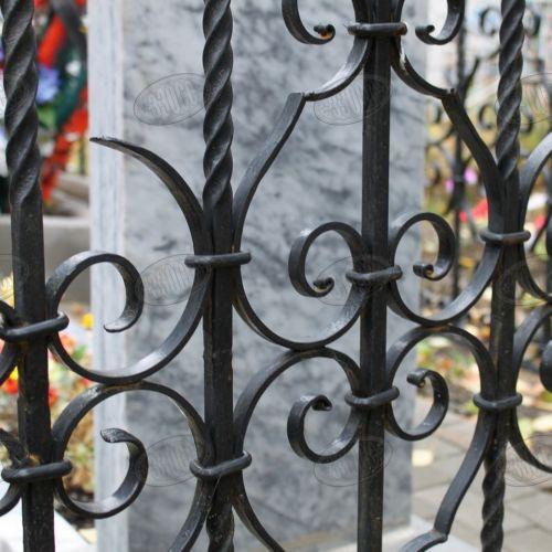 Кованая оградка и столик на кладбище - 01.