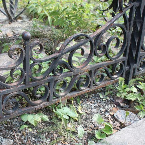 Кованая оградка и столик на кладбище - 02.