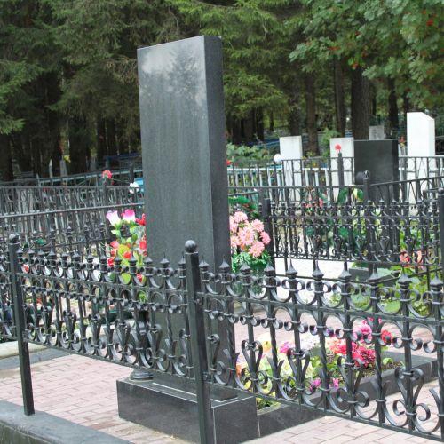 Кованая оградка и столик на кладбище - 03.