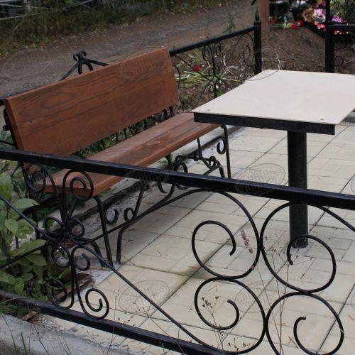 Кованая оградка и столик на кладбище - 04.