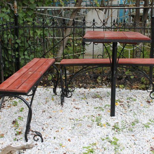 Кованая оградка и столик на кладбище - 05.
