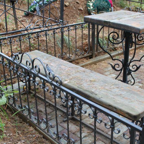 Кованая оградка и столик на кладбище - 06.