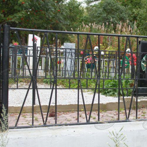Кованая оградка и столик на кладбище - 07.