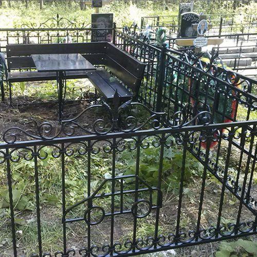 Кованая оградка и столик на кладбище - 08.