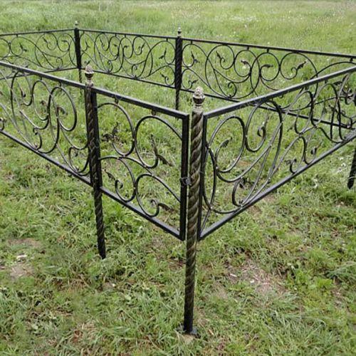 Кованая оградка и столик на кладбище - 09.