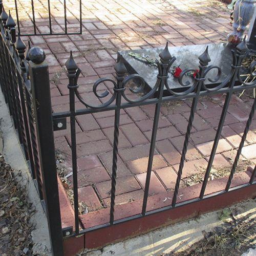 Кованая оградка и столик на кладбище - 12.