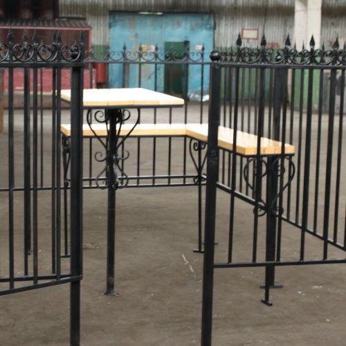 Кованая оградка и столик на кладбище - 13.
