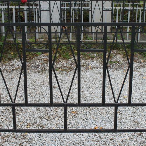 Кованая оградка и столик на кладбище - 14.