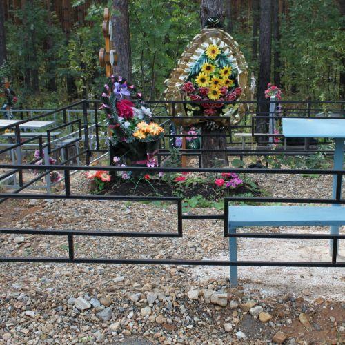 Кованая оградка и столик на кладбище - 15.