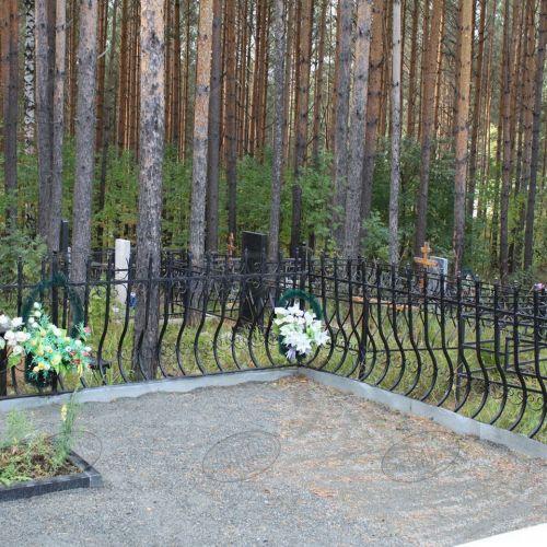 Кованая оградка и столик на кладбище - 16.