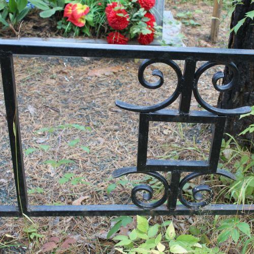 Кованая оградка и столик на кладбище - 19.