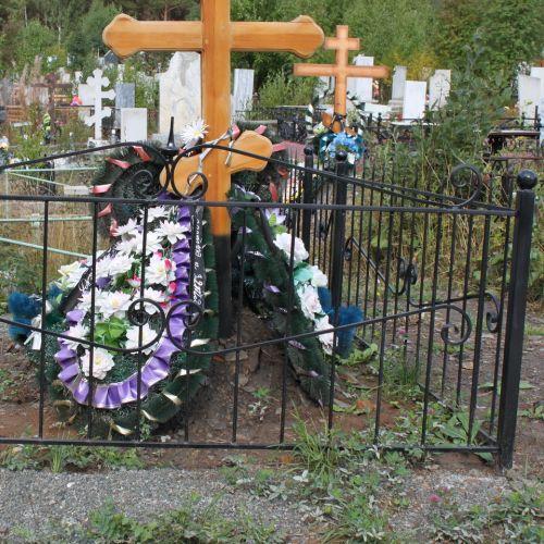 Кованая оградка и столик на кладбище - 20.