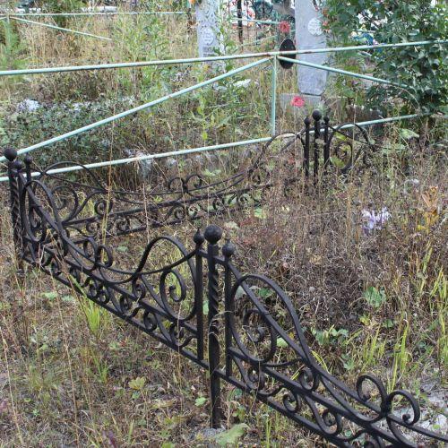 Кованая оградка и столик на кладбище - 21.