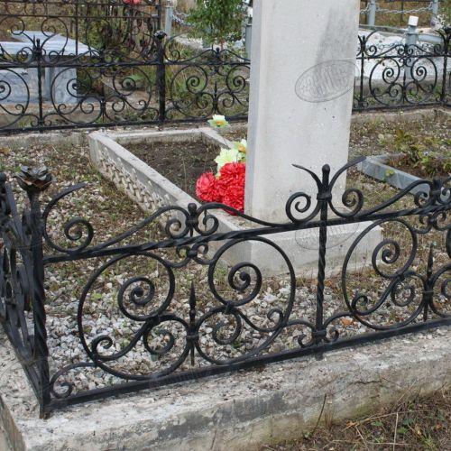 Кованая оградка и столик на кладбище - 22.