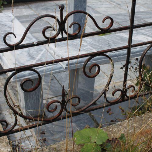 Кованая оградка и столик на кладбище - 23.