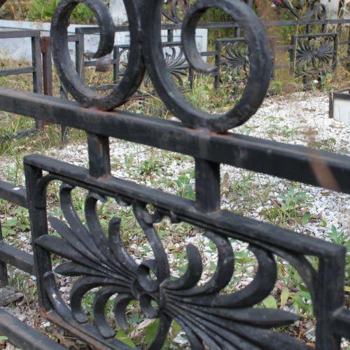 Кованая оградка и столик на кладбище - 24.