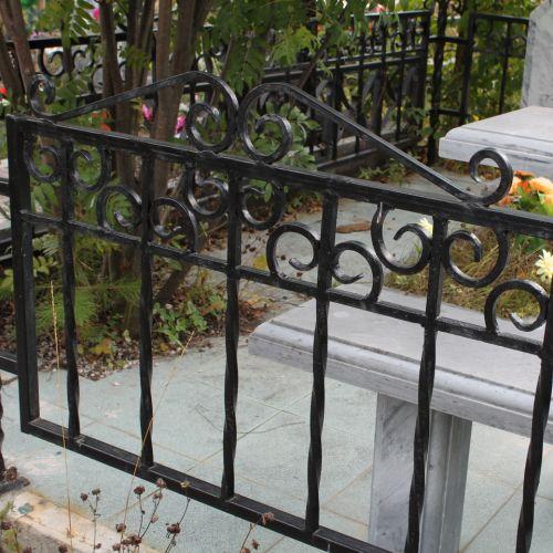 Кованая оградка и столик на кладбище - 25.