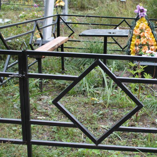 Кованая оградка и столик на кладбище - 27.
