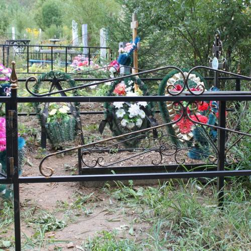 Кованая оградка и столик на кладбище - 28.