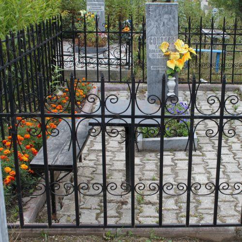 Кованая оградка и столик на кладбище - 29.