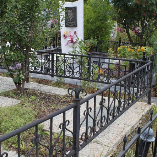Кованая оградка и столик на кладбище - 30.