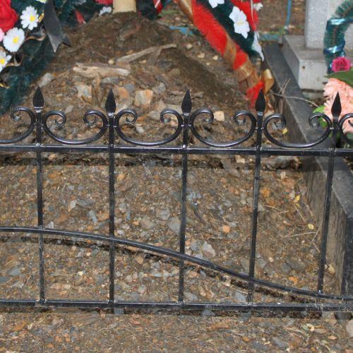 Кованая оградка и столик на кладбище - 31.