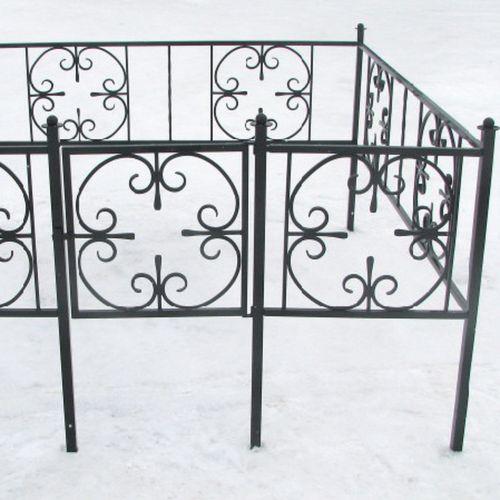 Кованая оградка и столик на кладбище - 32.