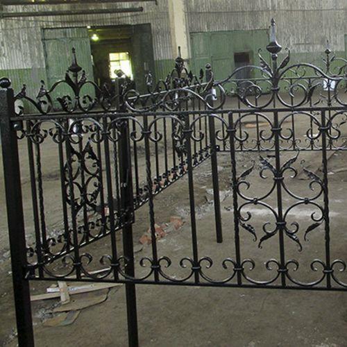 Кованая оградка и столик на кладбище - 35.