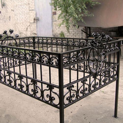 Кованая оградка и столик на кладбище - 36.