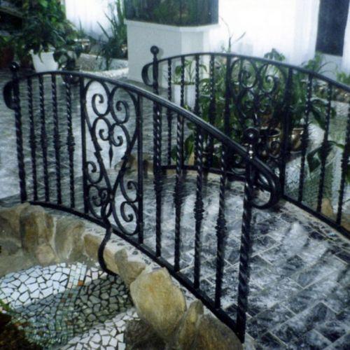 Декоративный мостик с коваными перилами.